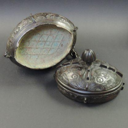 Ming bronze You wine vessel | detail | Bovens Amsterdam